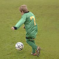 kap 11 oppg 3 et-barn-som-spiller-fotball.jpg